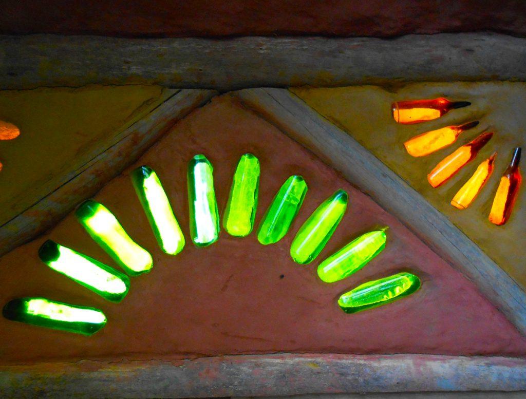 proyecto gaia botellas de vidrio en la pared