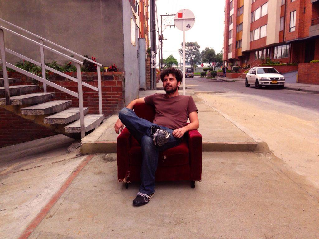 Quinta Paredes Bogotá, sofa en la calle
