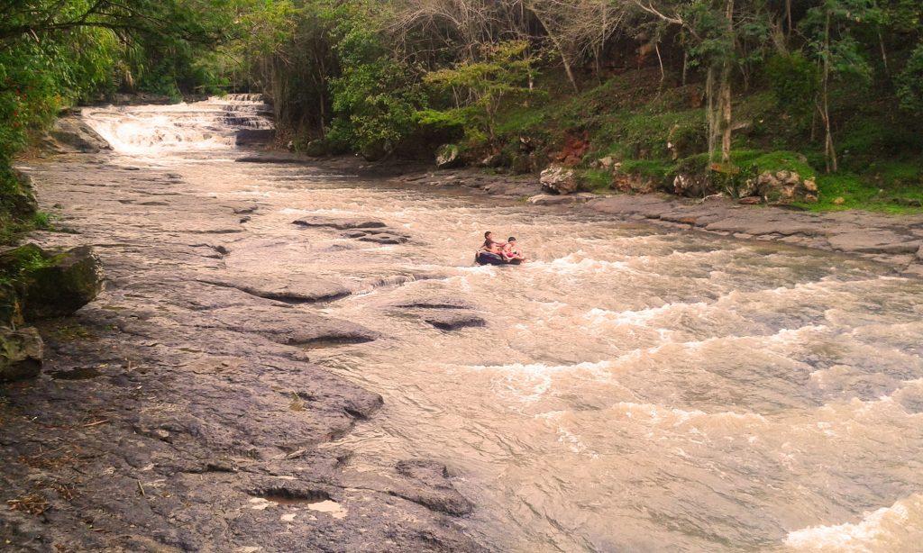 niños neumatico rio san gil colombia