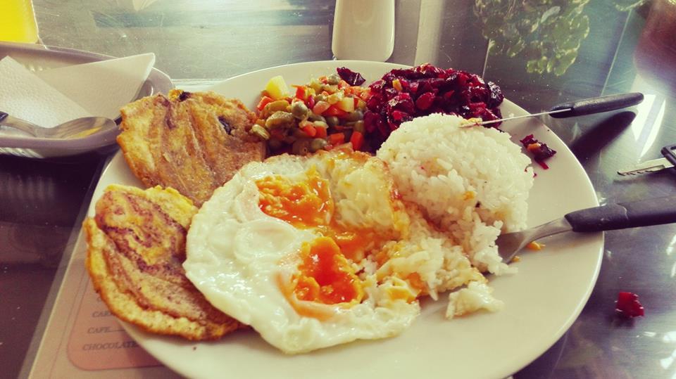 Almuerzo-tipico-colombiano-corriente-ejecutivo-corrientazo-viajar-por-colombia