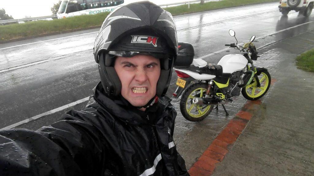 estación-de-lluvia-colombia-viajar-en-moto